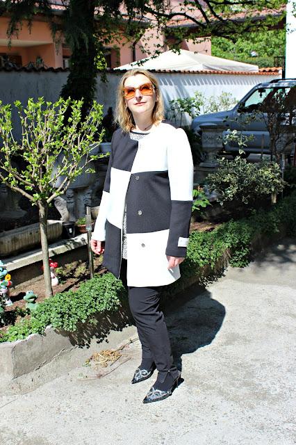 www.shein.com/White-Black-Long-Sleeve-Color-Block-Coat-p-233100-cat-1735.html?utm_source=paroleopereomissioni.blogspot.it&utm_medium=blogger&url_from=paroleopereomissioni