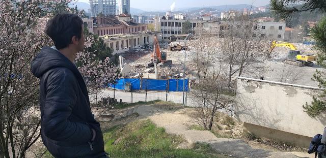 Harun İstenci Dr. Münif İslamoğlu Hastanesi'nin yıkımını izliyor. Kastamonu - Nisan 2019