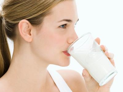 trị môi thâm bằng cách uống sữa