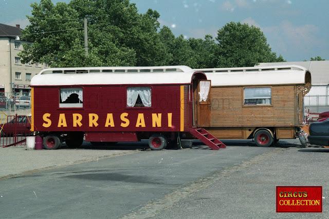 deux roulottes du cirque Sarrasani