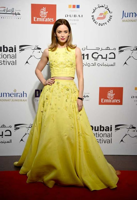 Emily Blunt com vestido amarelo Cropped