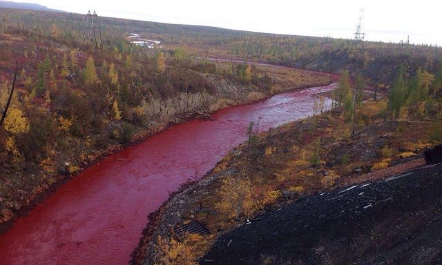 Ποταμός έγινε κατακόκκινος σαν αίμα (βίντεο)