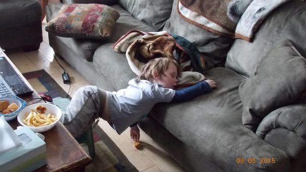 15+ Hilarious Pics That Prove Kids Can Sleep Anywhere - Fell Asleep While Eating