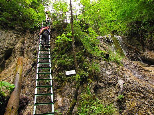 Drabina przy Wodospadzie Antona Straki (słow. Strakov vodopád).
