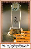 hadiah wisuda graduation award, harga buat plakat, harga pembuatan plakat