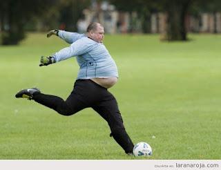 Memes de gordos y gordas causan gordura obesidad chistes obeso jugando futbol