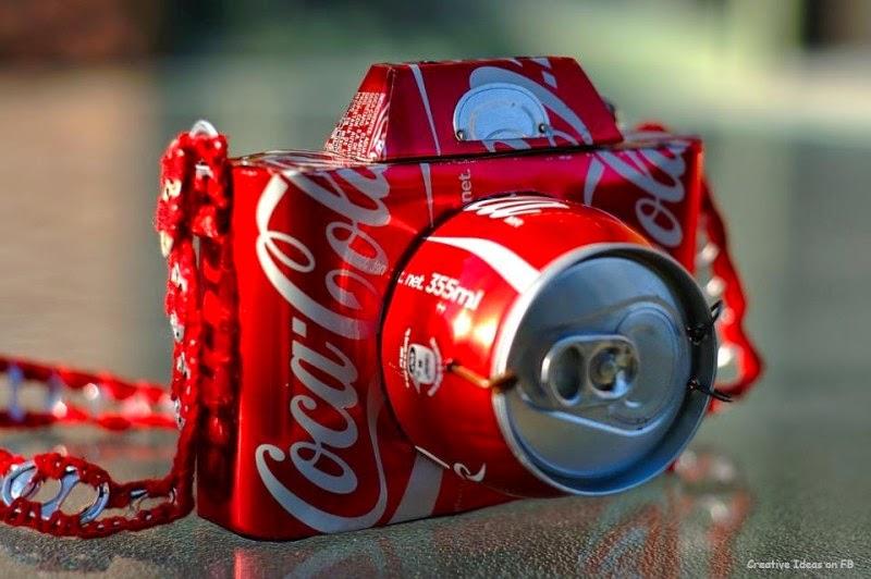 Una cámara fotográfica con latas de coca-cola.