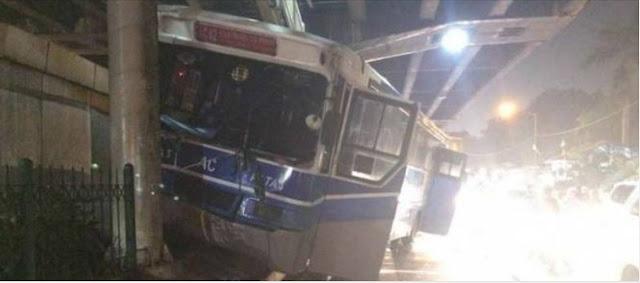 Mengagetkan, Akibat Mengemudi Terlalu Kencang Sebuah Bus PATAS Tabrak Tiang Jembatan Penyebrangan