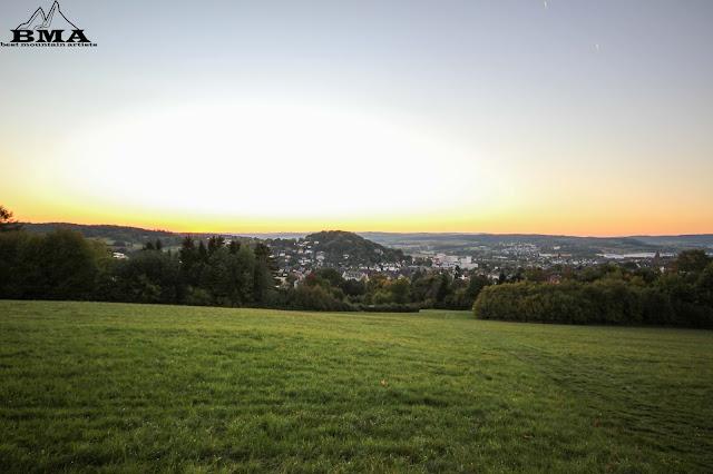 Abendstimmung in Wetzlar an der Lahn - Vier Türme Wanderung mit Best Mountain Artists - Wandern in Mittelhessen - Blick Richtung Taunus