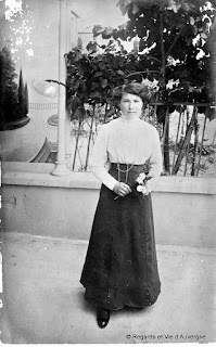 Photo de famille ancienne noir et blanc.belle dame aux roses