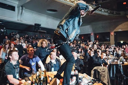 Oliver Sykes BMTH Serang Meja Coldplay di NME Awards 2016