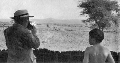 Чарльз Чаплин с сыном Майклом на отдыхе в Кении, 1958 г.