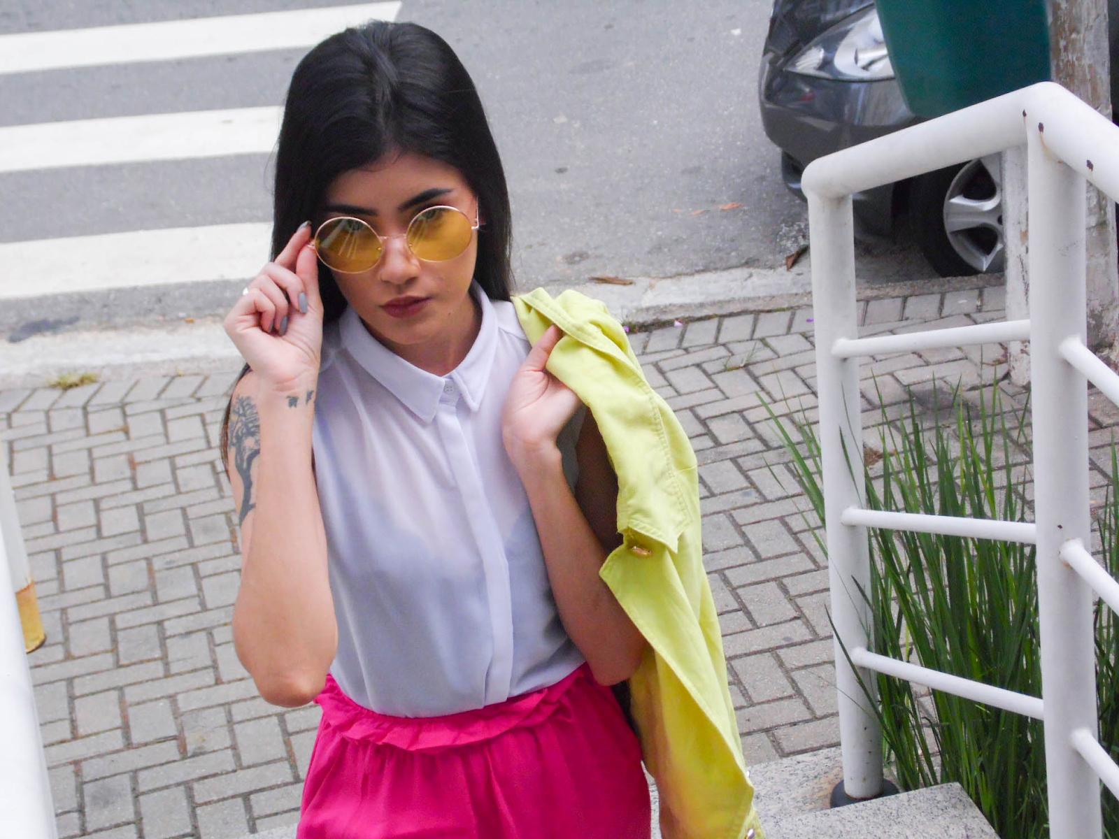 look jaqueta amarela neon e pantacourt rosa