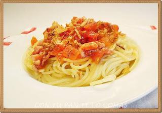 Espaguetis con tomate, bacon y cebolla crujiente