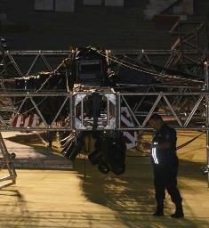 La caída del aparato provocó que una parrilla de luces cediera. No hubo heridos de casualidad.
