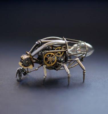 Insecto con 6 patas hecho con material reciclado
