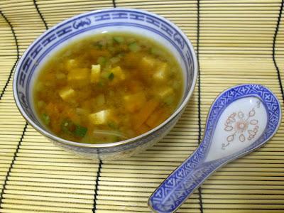 Sopa de miso con tofu y verduras.