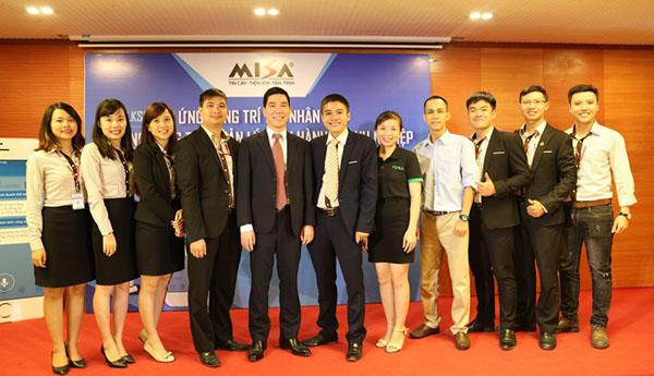 Ban tổ chức chương trình chụp ảnh cùng diễn giả Hoàng Đình Trọng.