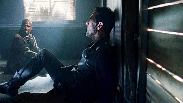 Gabriel Stokes (Seth Gilliam) e Negan (Jeffrey Dean Morgan) nell'episodio 5