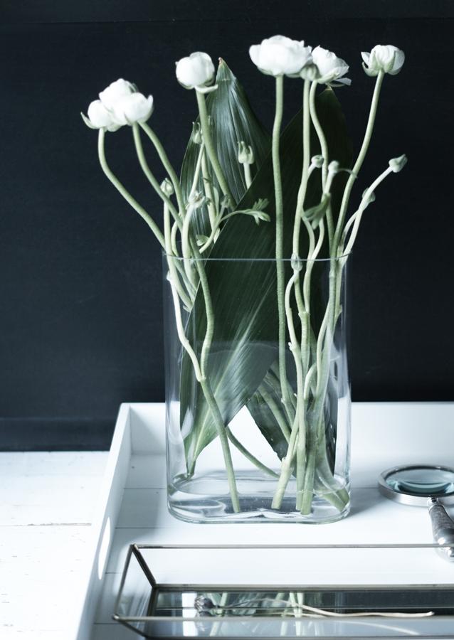 Blog + Fotografie by it's me! - Wohnen - weiße Ranunkeln in einer hohen Vase und Deko