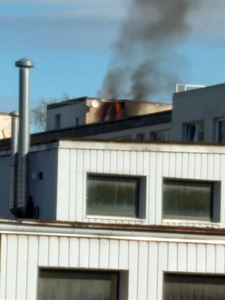 Ar atklātām liesmām deg ēkas jumts