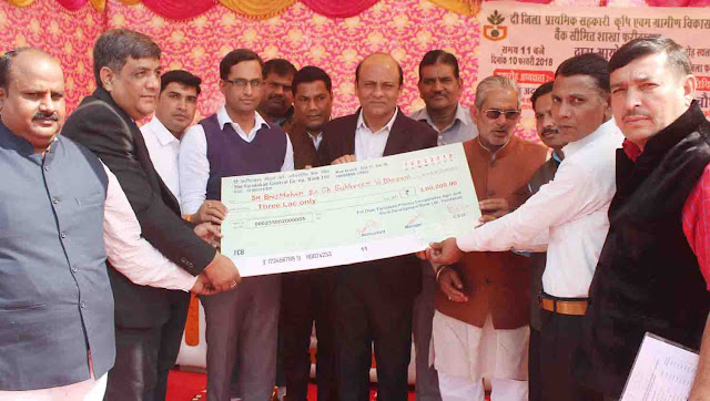 Distribution of checks made by senior Deputy Mayor Devendra Chaudhary to farmers in Bhopal