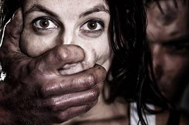 Εφιάλτης για 24χρονη- Μαστρoποί την πούλησαν για 3.000 ευρω σε άνδρα, που την κρατούσε φυλακισμένη και τη Bίαζε