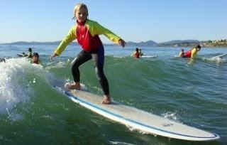 Foto de niño surfista con su tabla