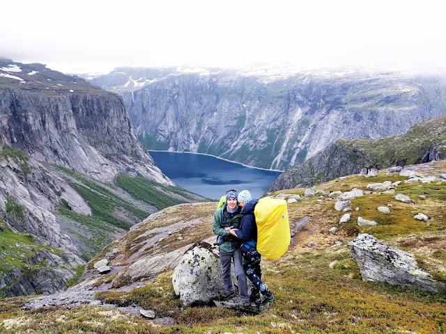 норвежские озера, фьорды, горы норвегии, поход, рейнковер на рюкзак, норвегия дождь, погода, сырость, туман, скалы, горы, поход в норвегию