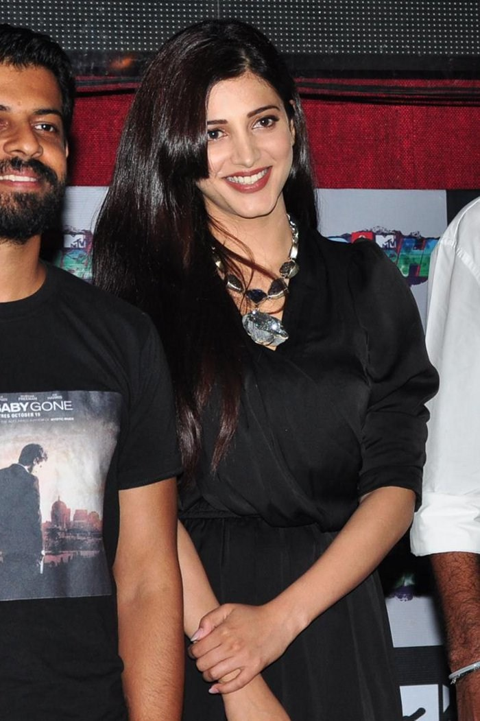 Kollywood Hot Actress Shruti Haasan Legs Thighs Stills In Mini Black Dress