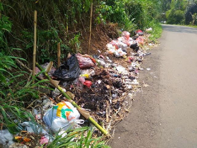 Sampah Menumpuk Mengeluarkan Bau Busuk di Jalan Menuju Curug Nangka