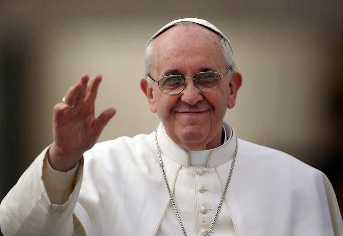 Papa Francisco perde a paciência ao ser puxado e cair sobre cadeirante