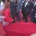 """Despampanante modelo """"pierde"""" su falda en plena alfombra roja (VIDEO)"""
