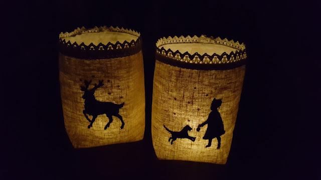 Lichtsäckchen aus Leinen genäht und beleuchtet.