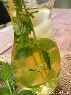 Kalter Zitronenmelissentee mit stillem Wasser
