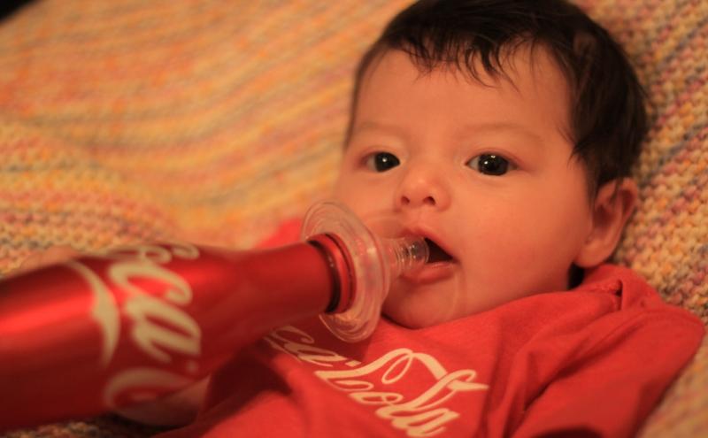 Bebé a beber coca-cola