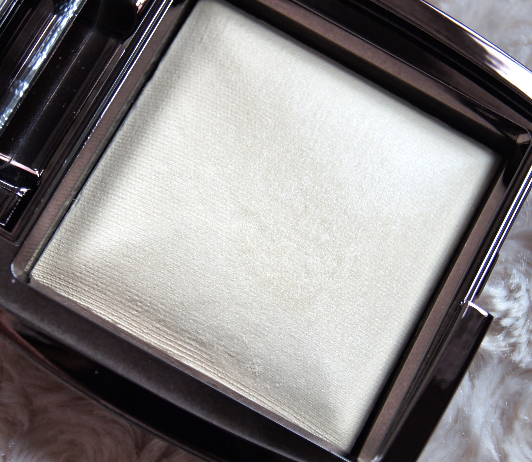 Hourglass Ambient Lighting Powder Review Diffused Light