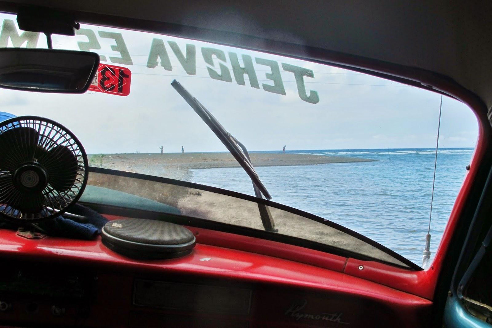 Carro atolado na Boca de Yumurí, um cânion em Cuba.