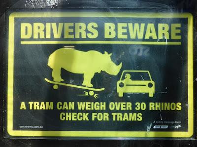 Aviso a conductores de respetar a los tranvias comparandolos con un rinoceronte