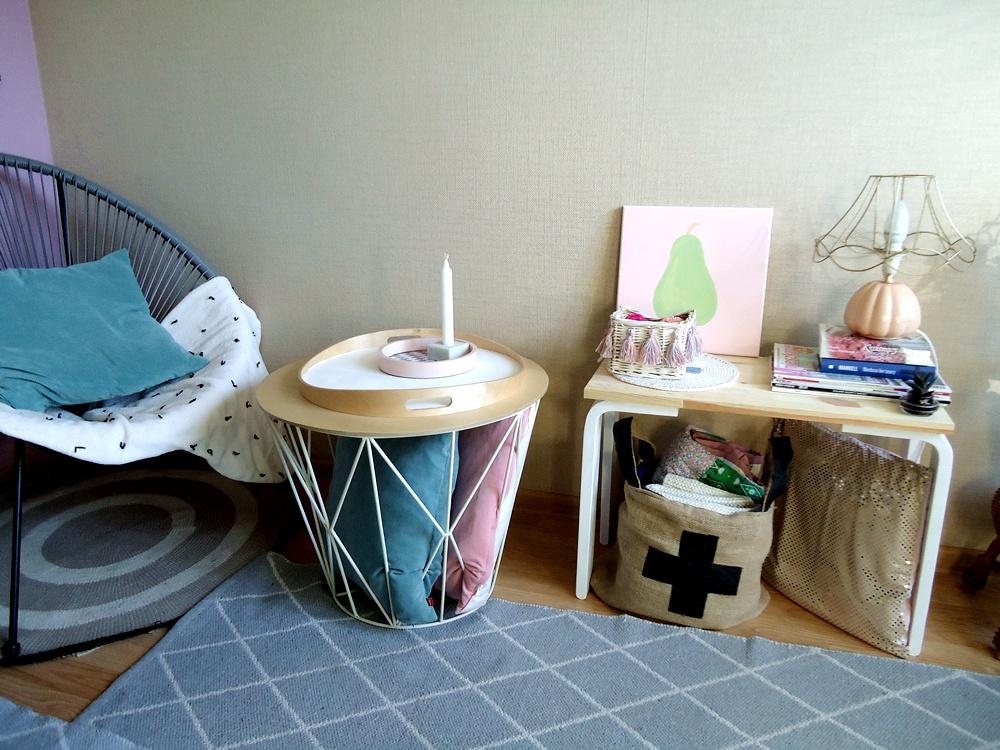 kącik z fotelem,  skandynawski stolik, ogrodowy fotel w salonie