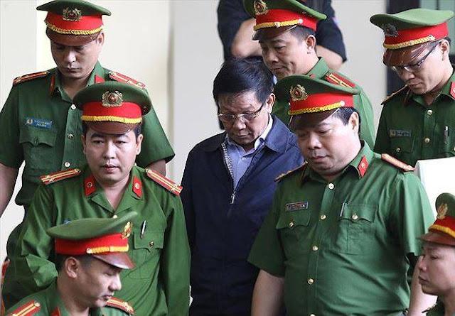 Ông Phan Văn Vĩnh được dẫn giải tới khu vực xét xử