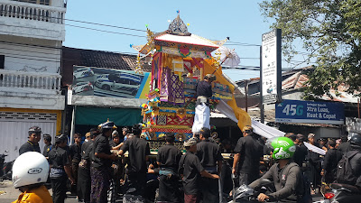 Balinese death ceremony, jl imam bonjol, busy road in Bali, uncommon day