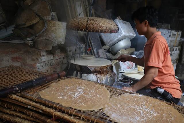 Nhắc đến món bánh đa, nhiều người nghĩ ngay chiếc bánh có hình dạng tròn, dẹp, phía trên có rắc nhiều mè và được nướng lên ăn rất giòn. Bánh này có thể ăn không, cũng là loại bánh đa ăn chung với hến xào của người miền Trung.