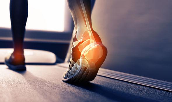 طريقة علاج ألم القدمين بالأعشاب والطب البديل