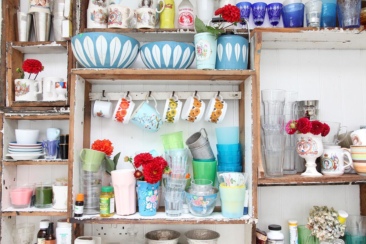 retro filiżanki, kolorowa zastawa stołowa, filiżanki w kwiaty, kolorowe kubki