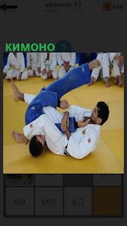 на татеме борются мужчины одетые в кимоно белого цвета