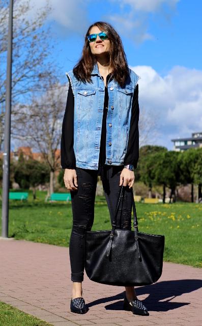 Blusa negra y chaleco vaquero