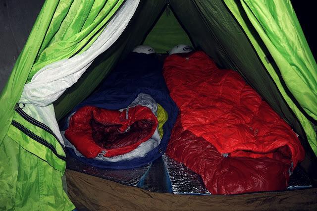 テント内に二枚並べられたシュラフ