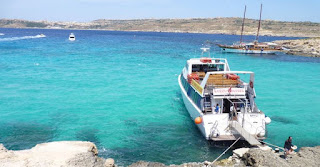 El barco de Luzzu Cruises atracado en Comino.