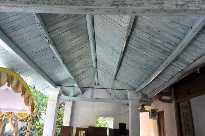 Papan-papan pada bagian atas atap rumah